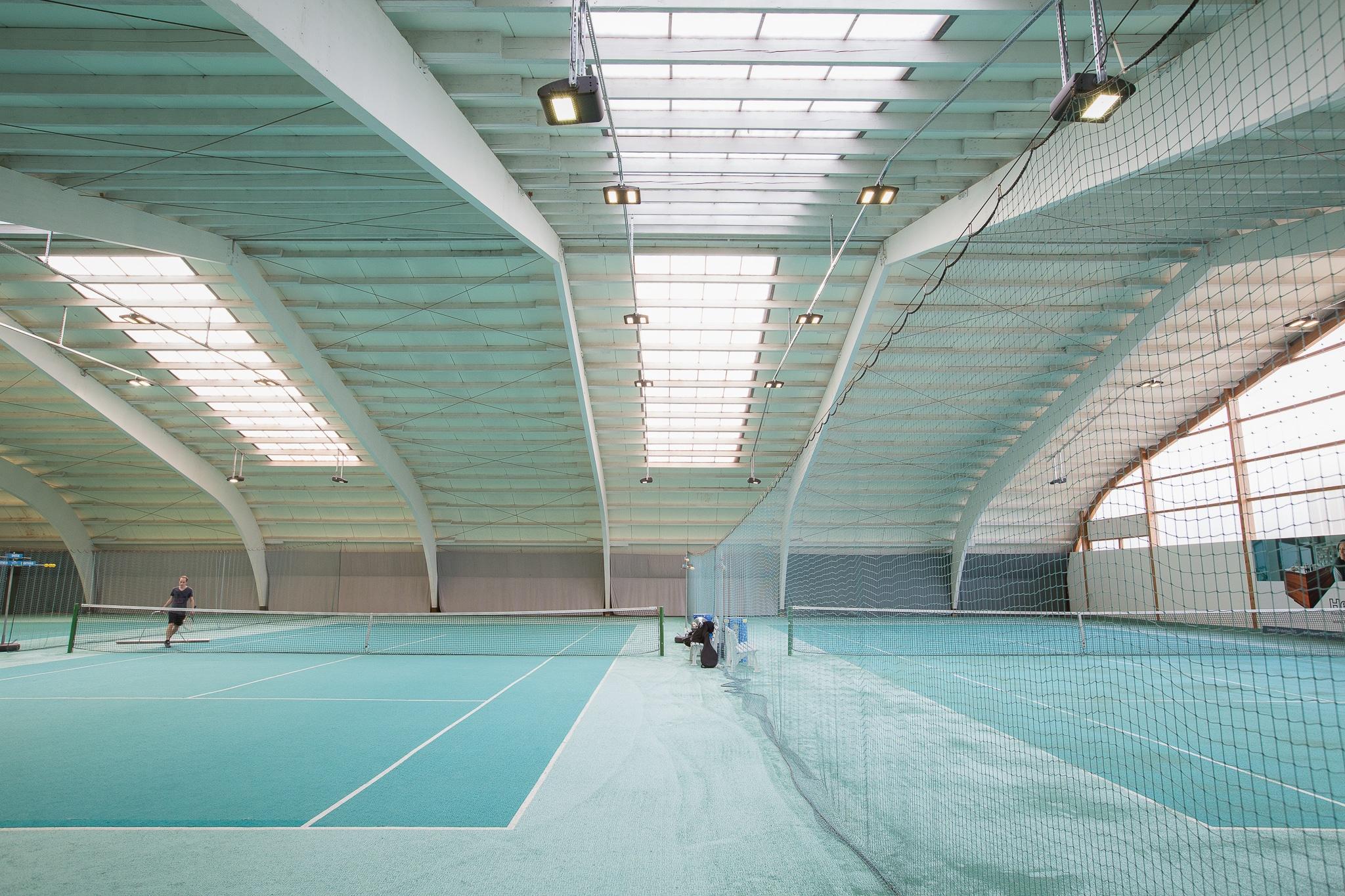 Innenansicht des Tennisplatzes in der hp Tennis- und Squashhallen Frauenfeld AG