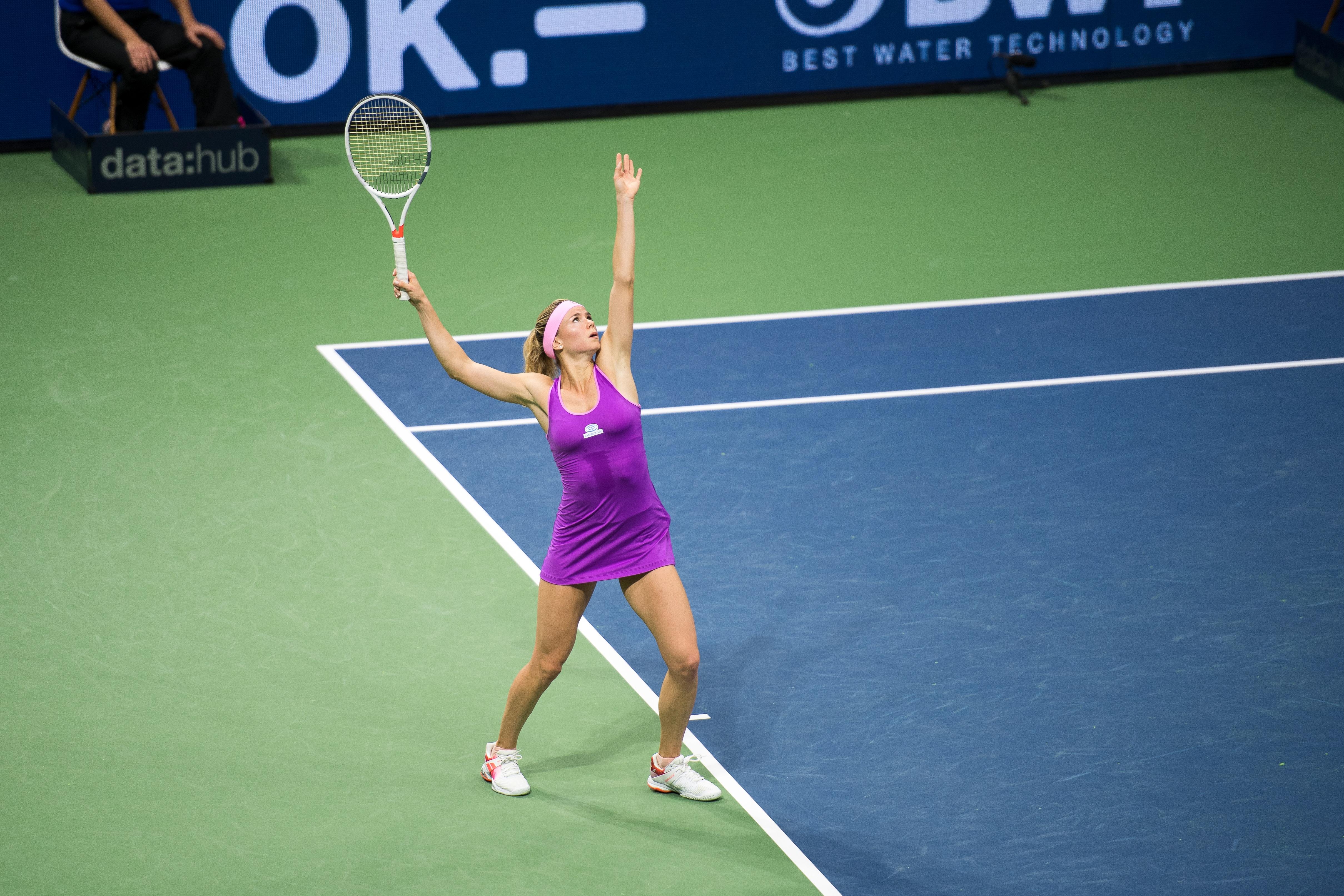 Bild einer Frau, welche Tennis spielt