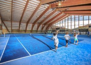 Bild der Tennishalle des TC Morgins mit drei Kinder am Spielen