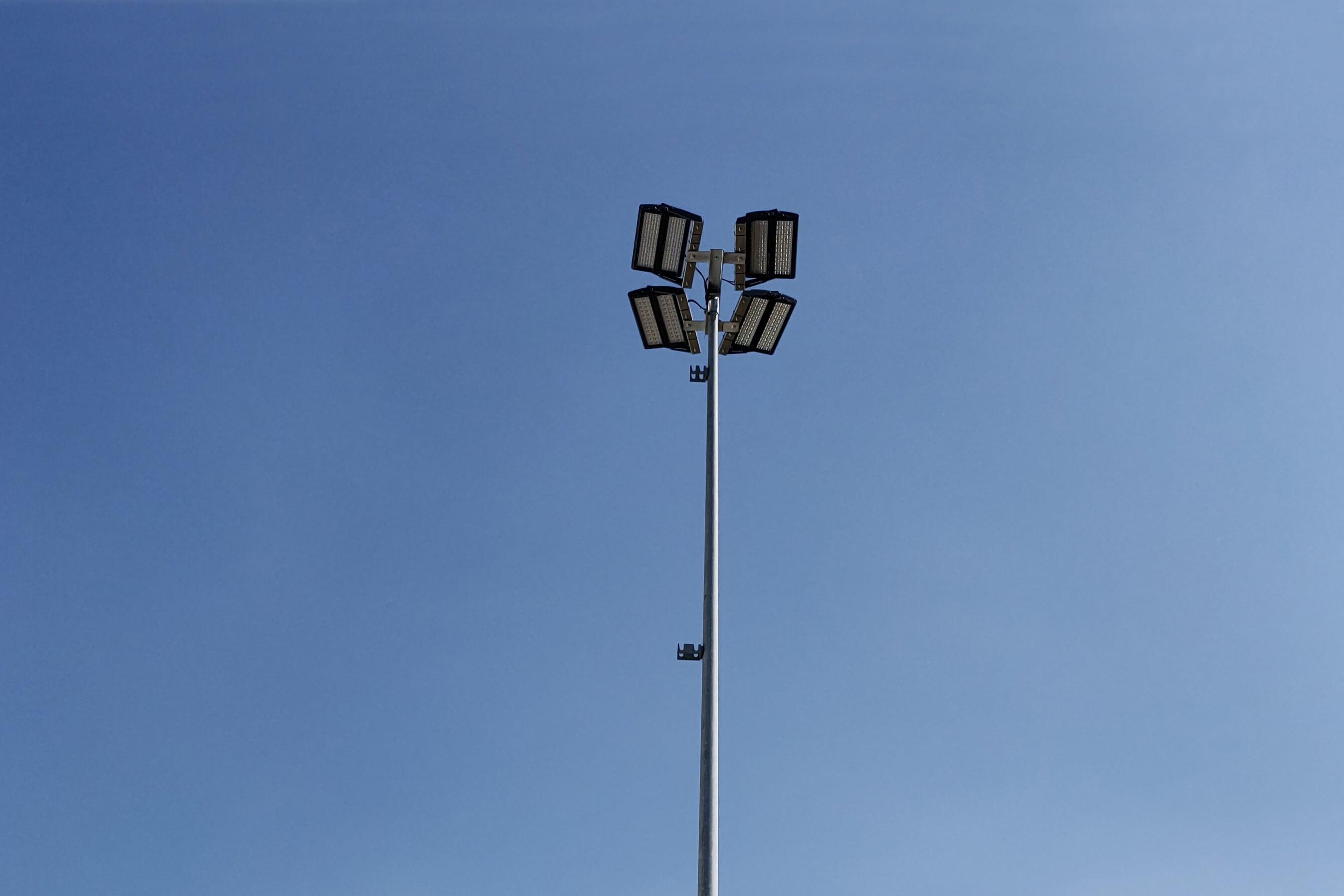 Foto einer Apollo-Flutleuchte, welche beim Aussentennisplatz des TC Baar eingesetzt wurde.