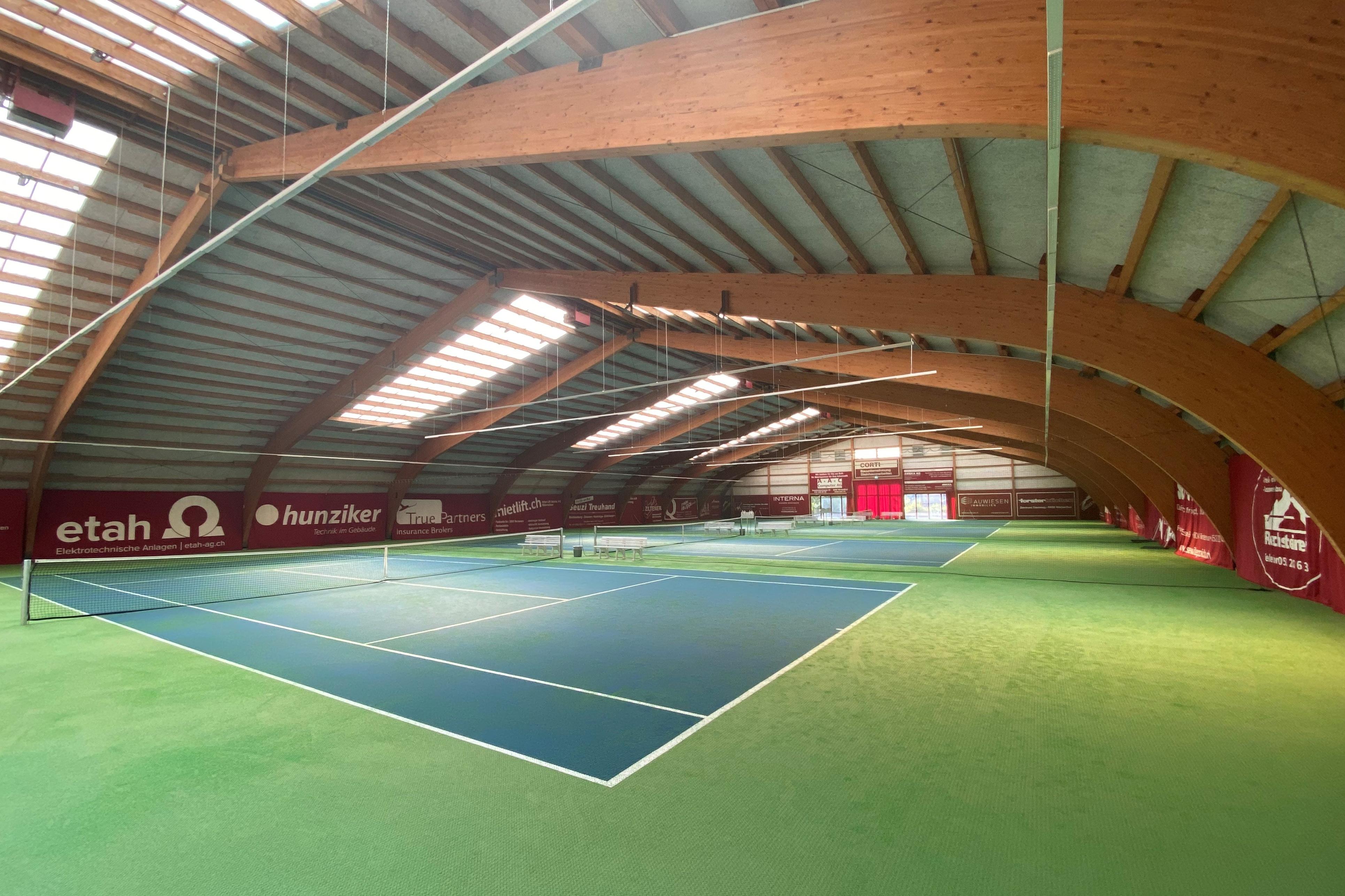 Foto von der seitlichen Perspektive auf das Tennisfeld des Tennis- und Squashcenteres Auwiesen