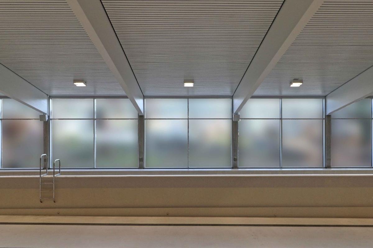 Bild der Hallenbeleuchtung der Badi Reiden mit einem leeren Becken.