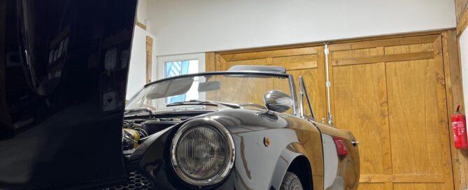 Bild eines schwarzen Oldtimers mit offenem Heck in der Werkstatt der Firma Street-Beat