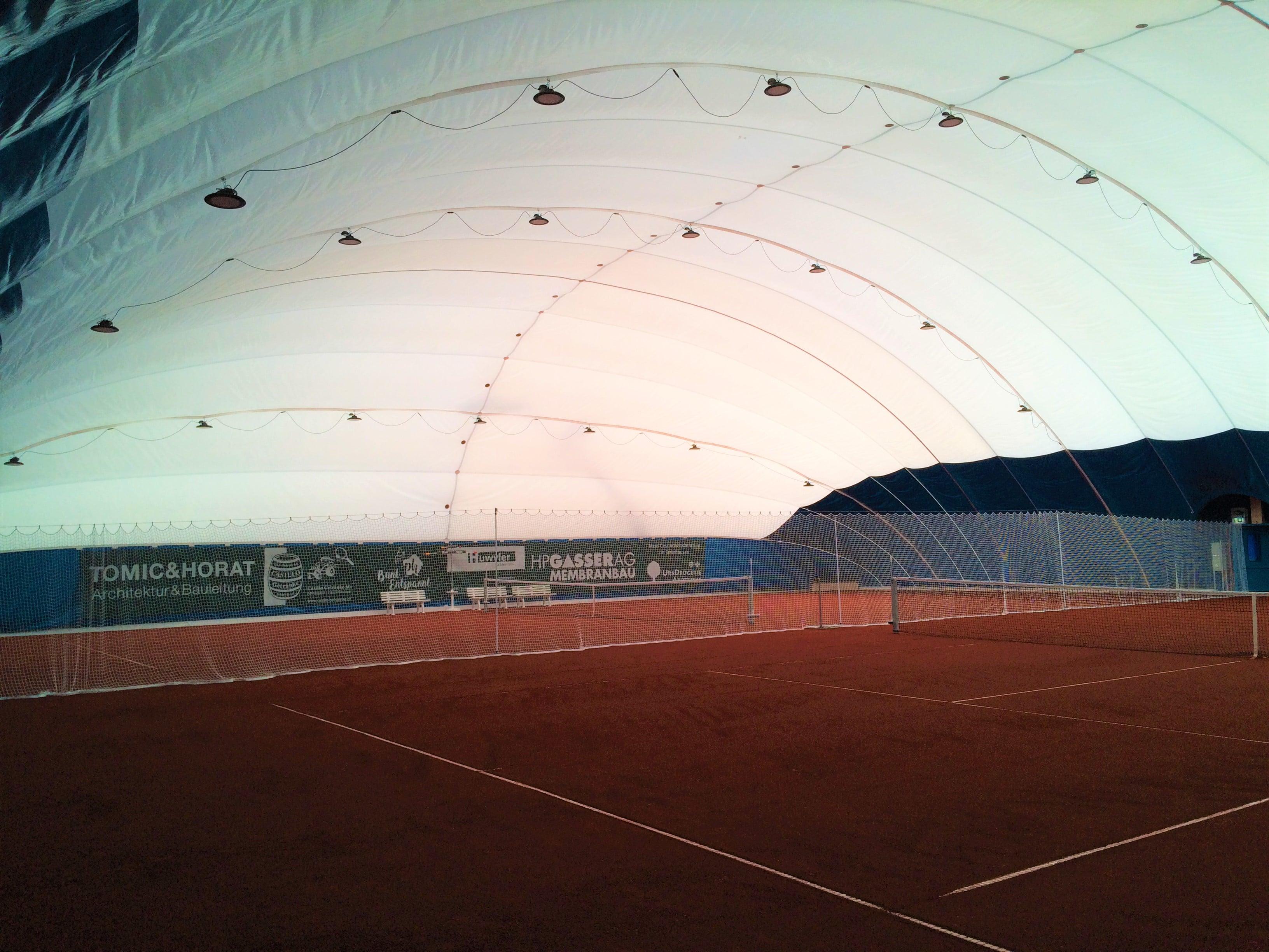 Bild des Tennisplatzes unter der Membranhalle