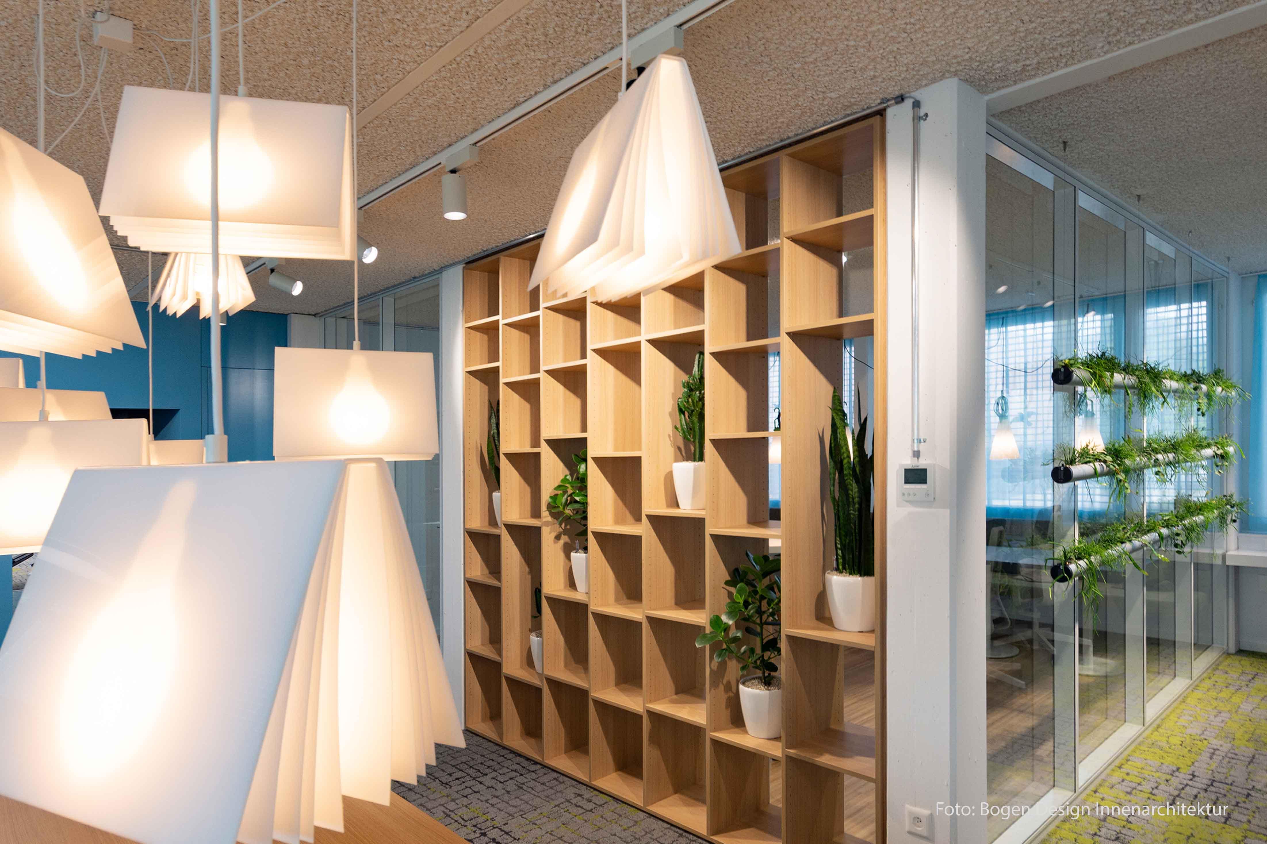 Bild der Lampen, welche wie offene Bücher aussehen, im Aufenthaltsraum der Spitex Turgi
