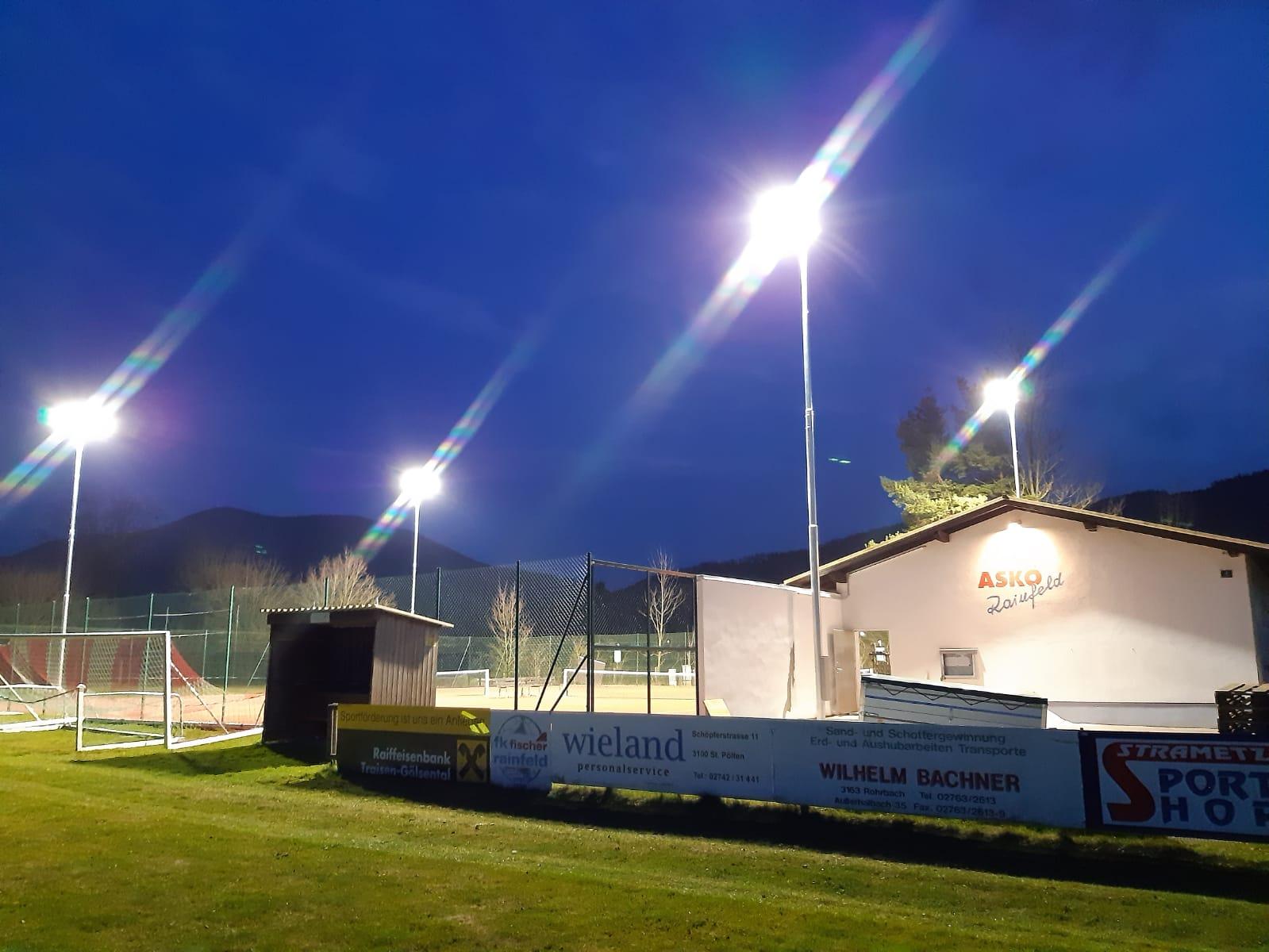 Bild der Flutlichtanlage bei Nacht beim ASKÖ Rainfeld