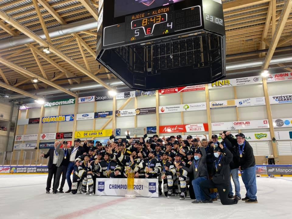 Bild der Mannschaft des HC Ajoie nach ihrem Swiss League Sieg auf dem Eisfeld der Raiffeisen Arena.
