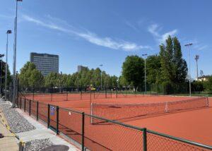 Bild des Tennisaussenplatzes des TC Novartis mit Novartis-Gebäude im Hintergrund